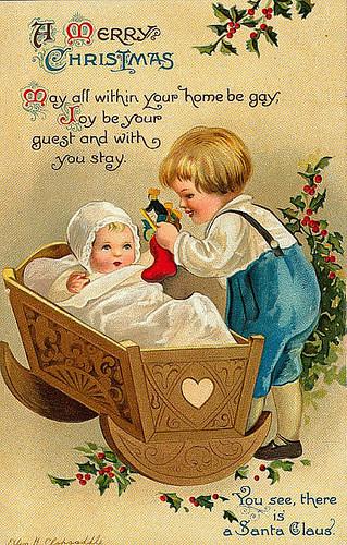 Малыш мальчик с игрушками падуб